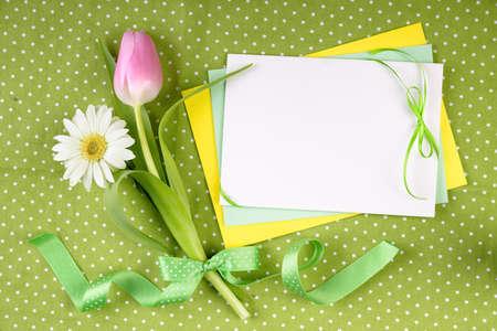 merci: cadre de printemps pour votre carte de voeux avec des fleurs et des rubans en vert, jaune et rose