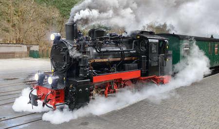 tren: Tren de vapor histórico en la estación final en Gohren, Isla de Rügen, Alemania