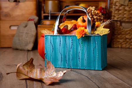 ターコイズ ブルーとオレンジの色合いでヴィンテージ キッチンの秋の装飾。浅い被写し界深度、金属のバスケットに焦点を当てる。この画像はトー 写真素材