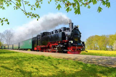 春、リューゲン島、ドイツの歴史的なドイツの蒸気機関車