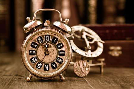 Vintage wekker blijkt 11:55 op de houten tafel in de studeerkamer. Gelukkig Nieuwjaar 2016! Stockfoto