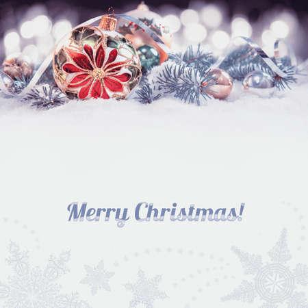 flor de pascua: Tarjeta de felicitación de la Navidad o de la frontera. Chuchería de cristal con la flor de pascua, decorado ramas del árbol de navidad en la nieve. Imagen entonada, aislado en blanco, espacio para el texto