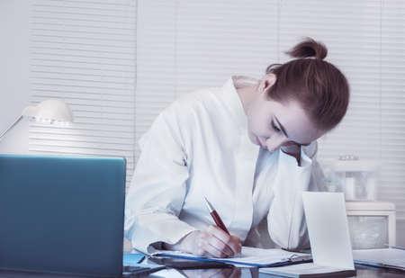 bata blanca: Medic o aprendiz en un blanco que hace notas escudo