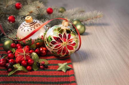 cintas navide�as: Arreglo de la Navidad en rojo y verde en la mesa de madera, el espacio para el saludo Foto de archivo