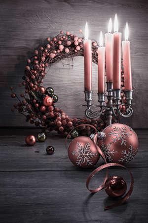 navidad elegante: Decoraciones de Navidad elegantes en madera, el espacio para el saludo. ¡Feliz Navidad! Foto de archivo
