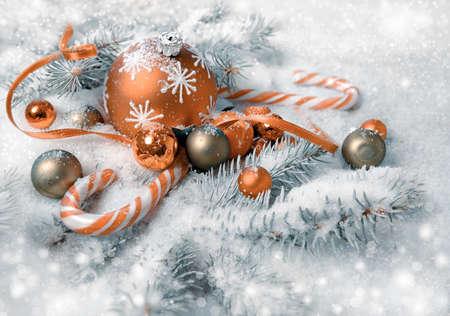 naranja arbol: Acuerdo de Navidad en naranja y verde en las ramitas del árbol de navidad bajo la nieve. ¡Feliz Navidad!