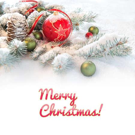 """sapin: babiole rouge de Noël sur les rameaux de sapin décoré dans la neige, légende """"Joyeux Noël"""" sur fond blanc plat. Vous pouvez l'échanger pour votre texte si vous le souhaitez. Banque d'images"""