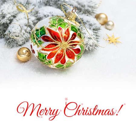 Boże Narodzenie kartkę z życzeniami. Boże Narodzenie cacko z poinsecja wzorem, ozdobione gałęzie choinki na śniegu. Miejsca na tekst na jasnym tle poniższym rysunku. Zdjęcie Seryjne