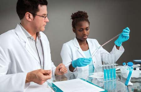 women black: Los cient�ficos en el trabajo. Se centran en la mujer de ciencias africano o tecnolog�a. Foto de archivo