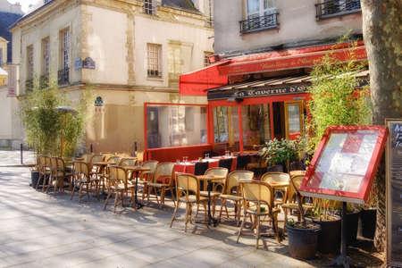 PARIS, FRANCE - 20 avril 2016: Paris, Latin Quarter.Traditional restaurant français sur le quai de la Tournelle attendant les premiers visiteurs. La rue est populaire auprès des touristes appréciant vue de côté de la cathédrale Notre-Dame.