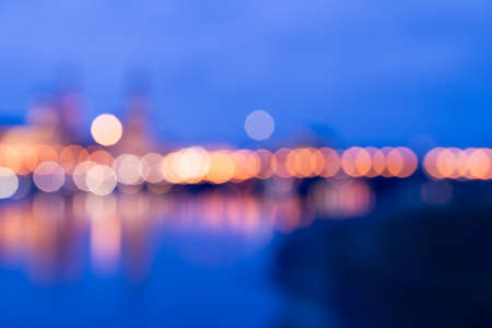 Arrière-plan flou de l'horizon de Dresde à travers la rivière Elbe dans la nuit. Lumières romantiques de bokeh et crépuscule bleu.