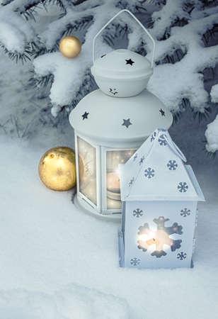velas de navidad: linternas de invierno pequeño al aire libre en un árbol de Navidad bajo la nieve. ¡Feliz Navidad! Foto de archivo