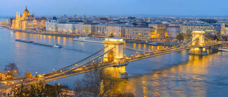 Vista aérea sobre el río Danubio con puente de cadena famoso y el edificio del Parlamento en Budapest Foto de archivo