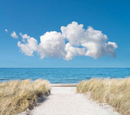 青空: リューゲン島、ドイツ北部のビーチへの入り口。ロマンチックな旅行プロジェクトの背景。 写真素材