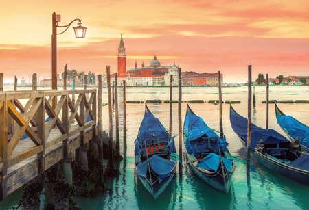 Le gondole hanno attraccato dal quadrato di St Mark con la chiesa di San Giorgio di Maggiore nei precedenti - Venezia, Venezia, Italia, Europa Archivio Fotografico