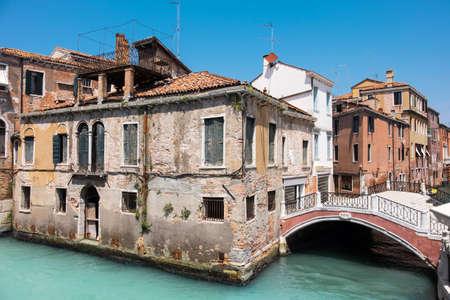 Vieille maison et un pont dans le centre de Venise en Italie par une belle journée. Cette image est tonique. Éditoriale