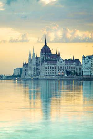 Parlementsgebouw in Boedapest, Hongarije, in de vroege ochtend. Deze afbeelding is afgezwakt. Stockfoto