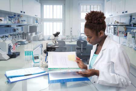 Afrikaanse wetenschapper, medische werknemer, tech of afgestudeerde student werkt in het moderne biologisch laboratorium Stockfoto