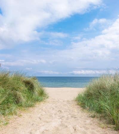リューゲン島、ドイツ北部のビーチへの入り口。ロマンチックな旅行の背景 写真素材