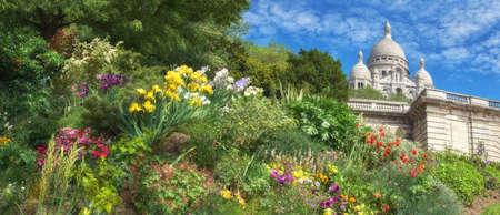 sacre coeur: Fleurs de printemps dans le jardin devant la cathédrale de Sacre Coeur à Paris, en France, imaage panoramique