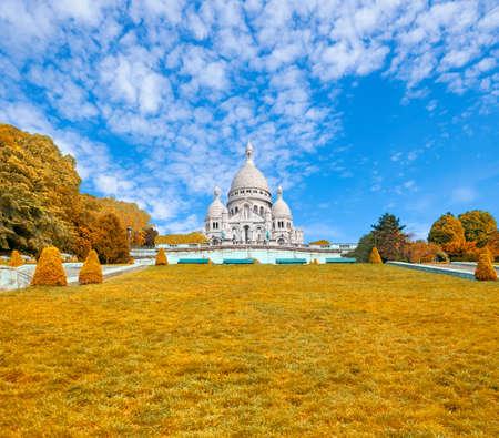 sacre coeur: Basilique du Sacré-Coeur à Montmartre, Paris, France, au début de l'automne