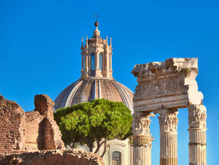 Макрофотография на столбцах Римского форума с куполом церкви Санта-Мария-ди-Лорето в качестве фона в Риме, Италия. Неглубоко ФО, сосредоточиться на колонках. Фото со стока