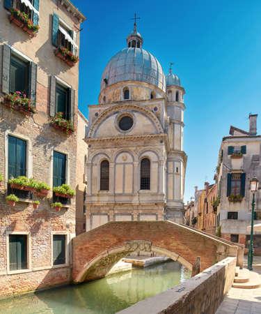 밝은 하루에 베니스, 이탈리아, 산타 마리아 dei Miracoli 교회. 파노라마 톤된 이미지입니다.
