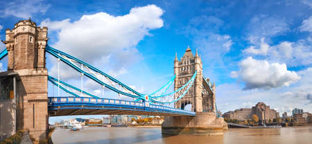Tower Bridge in London, England, on a bright sunny day under gorgeous sky with clouds. Panoramic image. Imagens