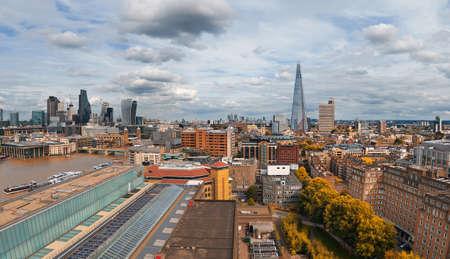 Panorama-Luftbild mit dem Shard, den Wolkenkratzern der City of London und der Londoner Skyline an einem düsteren bewölkten Tag im Herbst, getöntes Bild