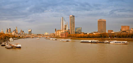 London, Panoramablick über die Themse auf St. Paul's Cathedral und Blackfriars Bridge im Herbst