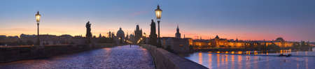 Panoramic image of Charles bridge and Vltava river early in the morning Imagens