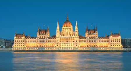 Il palazzo del parlamento a Budapest, Ungheria nell'illuminazione serale dall'altra parte del fiume Danubio Archivio Fotografico