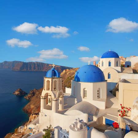 Vue sur le village d'Oia, île de Santorin, Grèce, avec une belle église locale au premier plan. Espace pour votre texte.
