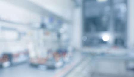 Verschwommenes Laborinterieur, wissenschaftlicher Hintergrund, Panoramabild mit Kopienraum. Moderner Forschungsraum unscharf. Dieses verschwommene Bild in Grau und Blau getönt Standard-Bild