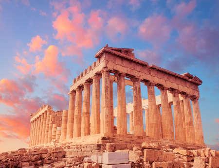 Tempio del Partenone su un tramonto con nuvole rosa e viola. Acropoli di Atene, Grecia