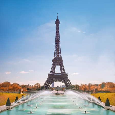 Parijs. Eiffeltoren en Trocadero-fonteinen op een zonnige dag in de herfst