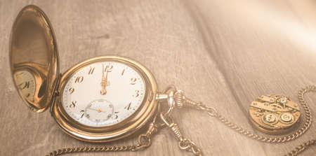 Reloj vintage en madera que muestra de cinco a doce, imagen panorámica con espacio de texto, ¡Feliz Año Nuevo! Foto de archivo