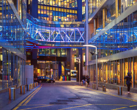 DUBLÍN, IRLANDA - 30 DE ENERO DE 2017: La sede europea de Google en Barrow Street, los históricos muelles de Dublín. Iluminación de neón púrpura de las oficinas de vidrio y el puente.