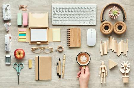 Concepto plano con suministros de oficina modernos de materiales sostenibles ecológicos. Coloque sobre una mesa de oficina sin plástico de un solo uso para reducir los desechos en el lugar de trabajo.