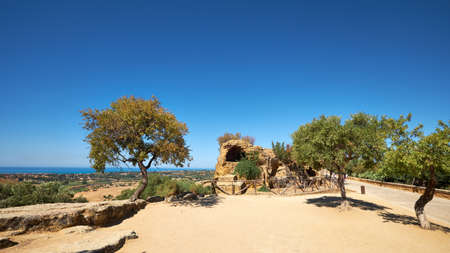 Ruins of ancient protective wall of Akragas town.Valley of Temples, Agrigento, Sicily island in South Italy. Panoramic image with single tree. 版權商用圖片 - 167150564