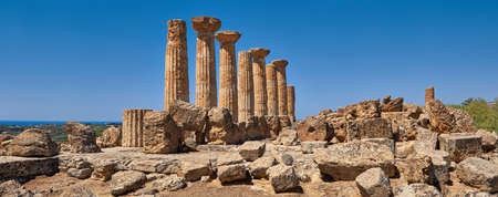 Famous eight columns of the Temple of Heracles or Hercules, known as Tempio di Eracle in Italian. Valley of the Temples, Agrigento, Sicily, Italy. 版權商用圖片 - 167150605