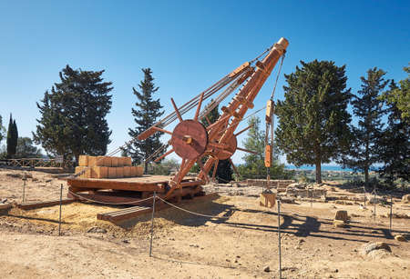 Greek wooden crane used for construction of Greek stone temples. Valley of the Temples in Agrigento, Sicily 版權商用圖片 - 166929479