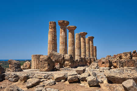 Famous eight columns of the Temple of Heracles or Hercules, known as Tempio di Eracle in Italian. Valley of the Temples, Agrigento, Sicily, Italy. 版權商用圖片 - 167150590