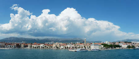 Split City Harbor from upper deck of large sea ferry boat. Sea, passenger ship, city skyline with mountains. 版權商用圖片 - 167111088