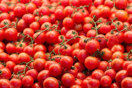 市場でトマト