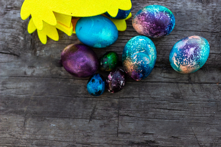 chicken with Easter eggs on wooden background. Standard-Bild - 118109336
