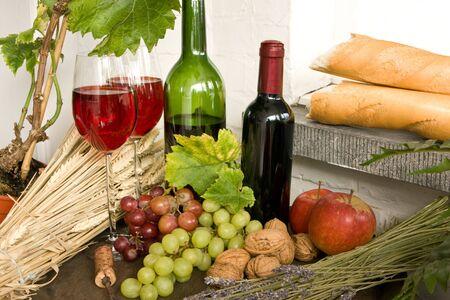 canastas con frutas: Frutas, pan, vino, frutos secos sobre un barril de vino Foto de archivo