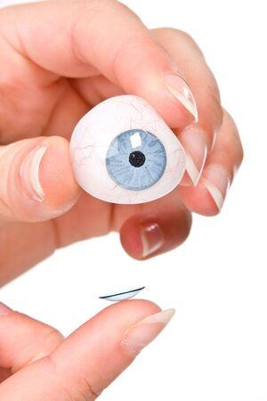 lentes de contacto: Poner un dedo de la mano de lentes de contacto en un ojo artificial