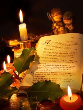 historias biblicas: La historia de la Navidad de relieve en una antigua Biblia, con velas Foto de archivo