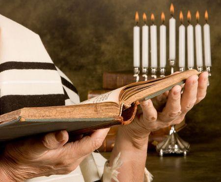 holiday prayer book: Manos la celebraci�n de una oraci�n jud�a del libro lleva un chal de oraci�n Foto de archivo